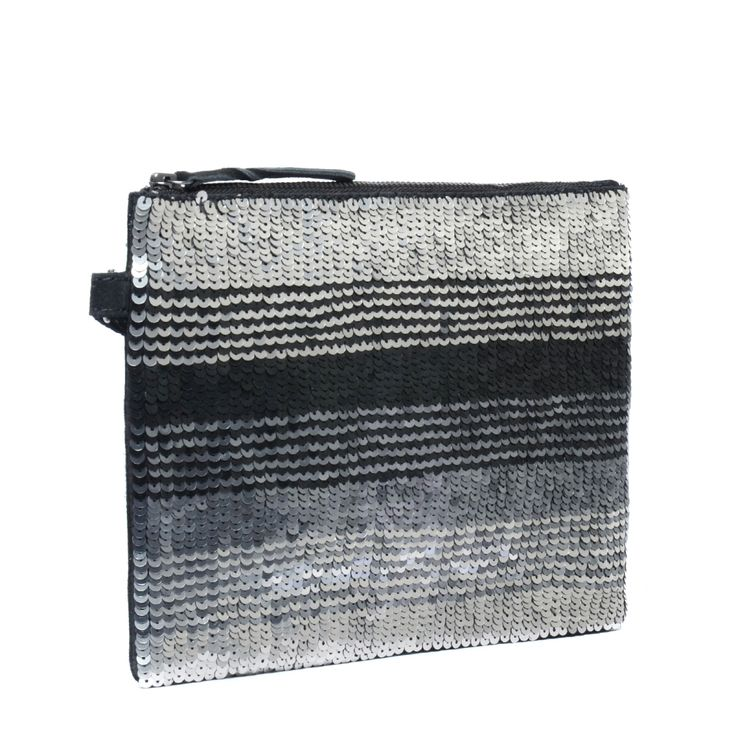 Zwarte clutch met pailletten  Description: Op zoek naar een feestelijke clutch? Deze zwarte clutch van het merk Manfield maakt uw outfit helemaal compleet. De tas is gedecoreerd met zwarte grijze en zilveren pailletten. De binnenzijde heeft een extra opbergvakje voor al uw persoonlijke spullen. De clutch is multi-inzetbaar: door de bijgeleverde schouderband tovert u de tas eenvoudig om naar een klein schoudertasje. U sluit de tas met een ritssluiting aan de bovenzijde. De afmetingen zijn…