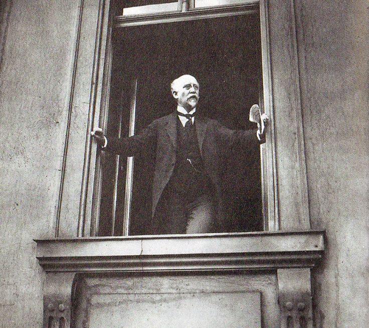 Philipp Scheidemann verkündet die Republik, vom Fenster des Reichstages am 09 November 1918.