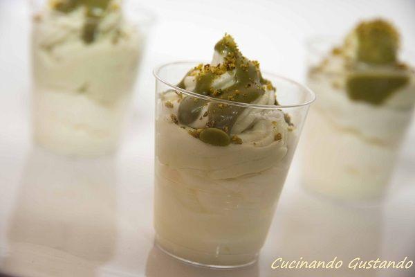 e Mini cheesecake pistacchio cioccolato bianco sono un delizioso dessert al cucchiaio o finger food molto semplice da preparare dal sapore molto delicato