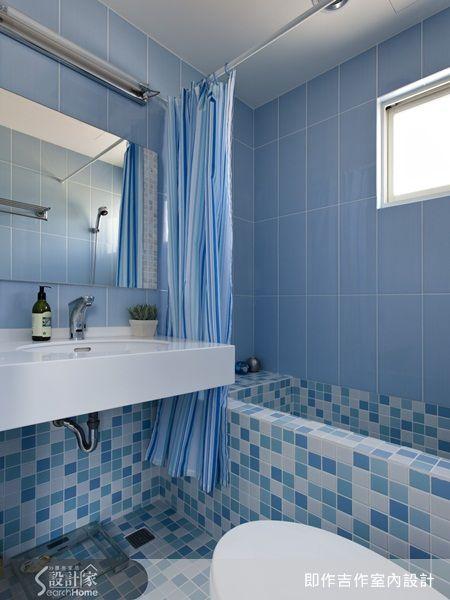 設計師利用深淺不同的藍色系馬賽克磚來拼貼浴室空間的浴缸與地面,配合整體藍色的牆壁,讓空間感顯得相當清爽乾淨,而馬賽克更拼貼出繽紛而活潑的空間氛圍,呼應了衛浴空間的機能特質。