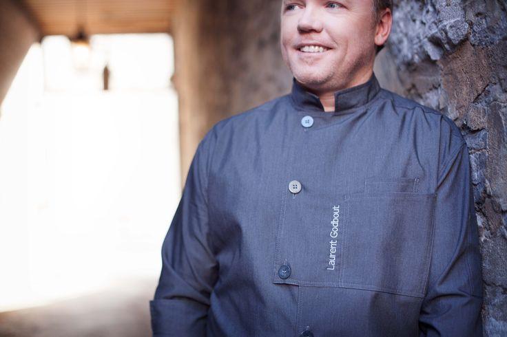 Uniformes restaurant - Chef Laurent Godbout qui porte fièrement une veste No Limits design Uniformes