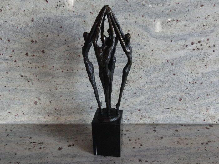 """Prachtige bronzen sculptuur op grote marmeren sokkel """"Reaching to the top""""  Prachtige bronzen sculptuur op marmeren sokkel gesigneerd door : GER VAN TANKEREN.De titel van het object is : REACHING TO THE TOPMotivatie kunstenaar """"Met een gezamenlijk inspanning het doel bereiken.Het object staat op een prachtige marmeren sokkel van : 75 x 5 x 5 cm.De totale hoogte bedraagt : 27 centimeter.Een pronkstuk in uw woonomgeving.  EUR 2.00  Meer informatie"""