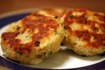 <3 Delicious cod fish cakes with fresh cod fillets, potatoes, bread crumbs, parsley, Parmesan, garlic, and egg.