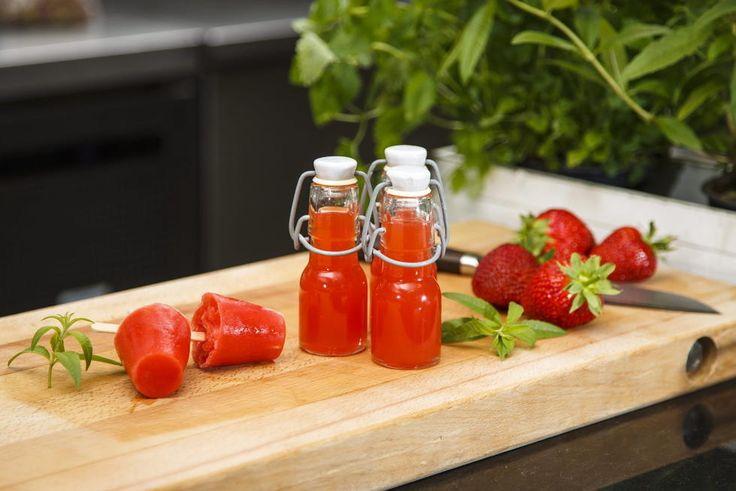 Jordbær og rabarbra er den perfekte duoen. Fyll opp flasker med forfriskende saft eller lag deilige ispinner. Oppskrift av comis Emil Thorsvik ved Gastronomisk Institutt i Stavanger.