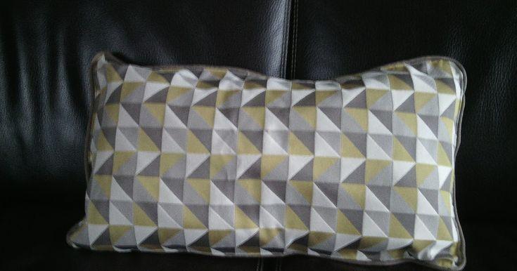 Coussin geometrique avec un contour en passepoil