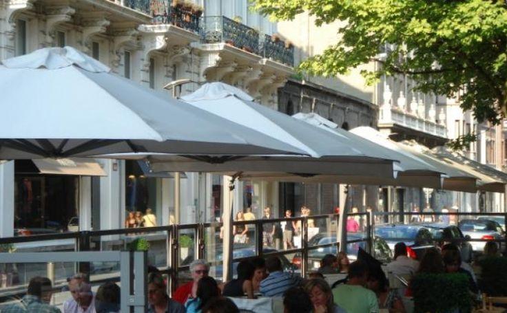 Largo Der Largo ist ein Freiarm-Sonnenschirm mit exklusiver Ausstrahlung, besonders geeignet für die gehobene Gastronomie. Elegantes Design, Haltbarkeit, Platzersparnis, einfache Bedienung - Das sind nur einige Merkmale dieses besonderen Sonnenschirms.  Mehr Info's auf www.solero-sonnenschirme.at  Solero Sonnenschirme_Sonnenschirm_Sonnenschirme_Gartenschirm_Gartenschirme_Gastroschirm, Gastroschirme,largo_Windstabil_Schirmständer