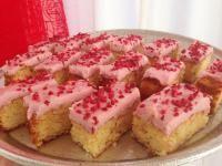 Blondies with raspberry icing (Danish recipe)