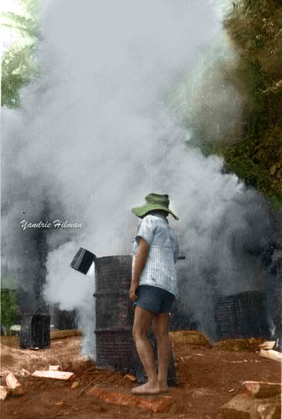 Pembakaran aspal untuk perbaikan jalur konvoi Batavia-Bogor-Bandung. 1947.