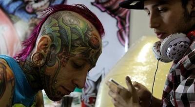 Arte sobre la piel.  Unos cien tatuadores del continente americano se reúnen en un encuentro internacional de tatuaje en Bogotá, que finalizará mañana con la proclamación de los mejores exponentes del dibujo sobre el cuerpo humano.