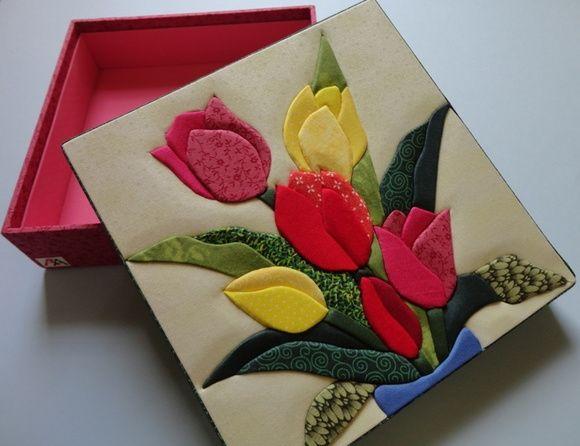 Caixa em patch embutido, forrado com tecido 100% algodão e internamente com EVA. Pode ser colocado divisórias. Acréscimo de R$ 8,00. R$ 46,00