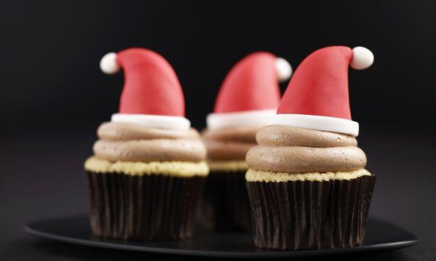 Cupcake Samichlaus: Garnitur: Schnittfeste Unterlage mit Puderzucker bepudern. Aus rotem Fondant einen Kegel mit einem Durchmesser von ca. 3 cm formen. Die ...