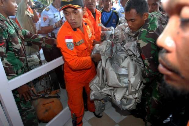 Barang dan Serpihan AirAsia QZ8501 Dibawa ke Pangkalan Bun