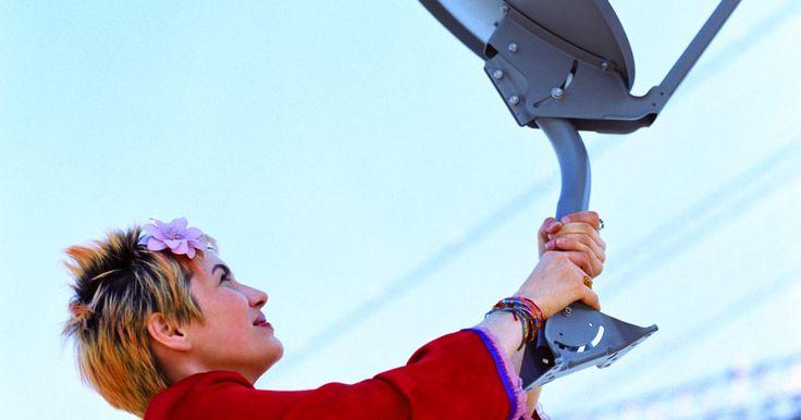 """Cómo verificar el LNB. El bloqueador de bajo ruido (LNB, por sus iniciales en inglés) de tu antena parabólica digital es el """"ojo"""" en el extremo del brazo que se extiende desde el plato. El LNB recibe la señal procedente de los satélites y envía la información al receptor que está conectado a tu televisor. Si el LNB no está obteniendo la información correctamente, ..."""