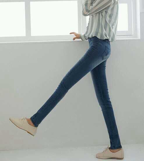 Shopping for jeans can be tough. Here, we did some research and found the best jeans for women with flat butts.