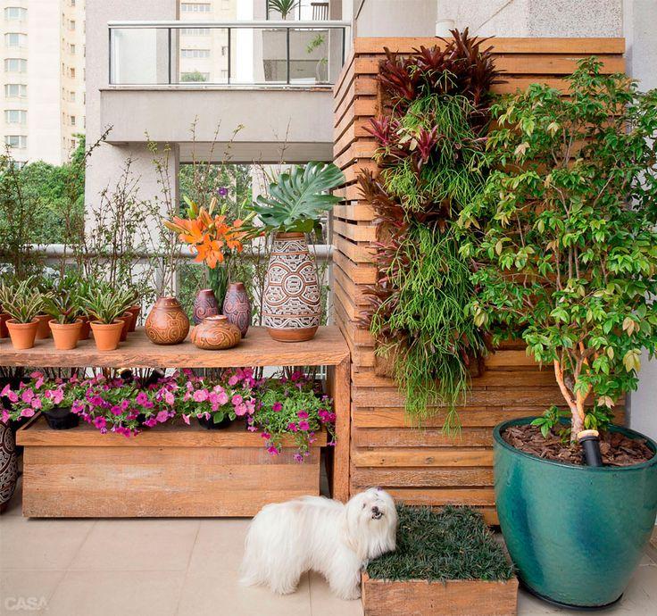A marcenaria (Madeira de Demolição) incluiu um baú volante para facilitar a manutenção das flores. A cadela Mel tem seu canto: a caixa com g...