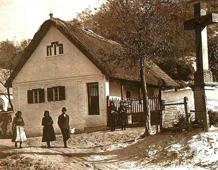Cserépváraljai utcarészlet kőkereszttel, 1929. Fotó: kepido.oszk.hu