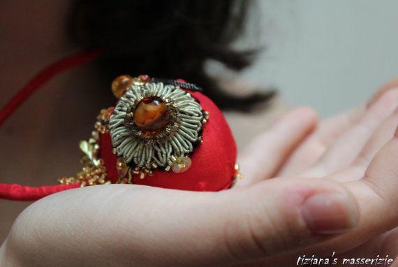 Collana tessile seta rossa con applicazioni in stile originalie passamaneria d'epoca cristalli corallini vetro chiusura bottone automatico