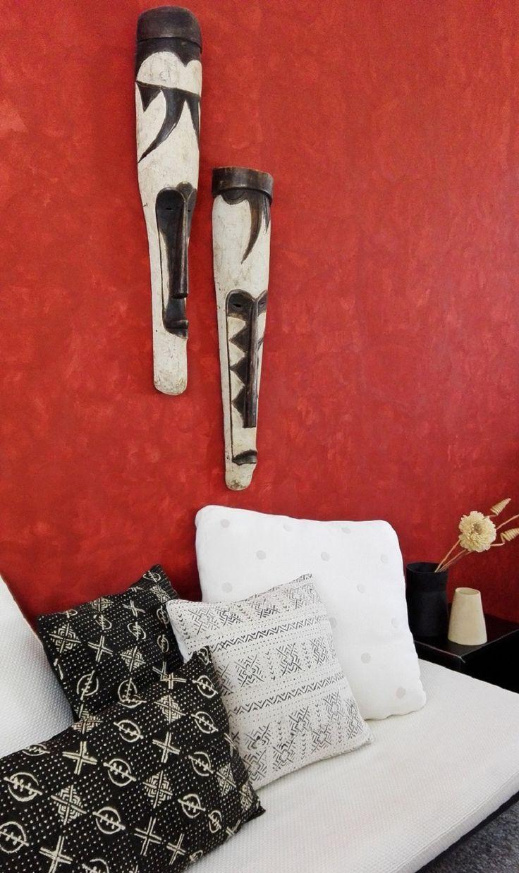 """Cuscini costituiti nella parte frontale da meravigliosi tessuti Bogolan, realizzati a mano da alcune popolazioni del Mali, in Africa Occidentale. La parola Bogolan significa """"fatto di fango"""" e, in effetti, le decorazioni sul tessuto sono ottenute utilizzando del fango fermentato attraverso una lunga e complessa procedura risalente al 12° secolo. Ogni colore usato ha un significato preciso, così come i disegni e la loro disposizione"""