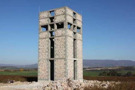 Viac ako 11 metrov vysoká turistická rozhľadňa stojí uprostred polí na rozhraní chotárov.