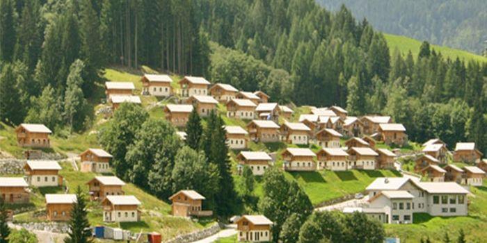 Vrijstaande houten vakantiebungalow op familiepark in Oostenrijk, voor grote gezinnen met 6 personen. Ook 8 en 10 persoons vakantiehuizen beschikbaar.