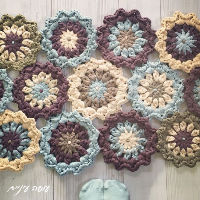 My giant - crochet t-shirt yarn trapillo flower rug pattern - by Osa Einaim    הוראות לשטיח פרחים מחוטי טריקו - עושה עיניים