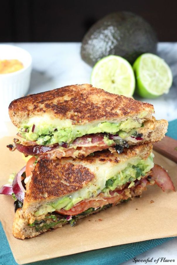 La version californienne du croque-monsieur : avocat, oignons rouges, tomates, fromage et basilic.