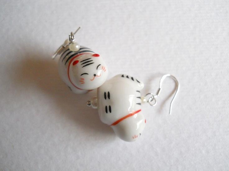 Aros de fantasía con aplicaciones en cerámica pintada a mano, los ganchos son de plata.   Miden aprox 2 cms de largo