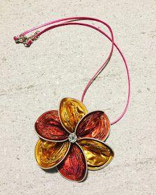 Buongiorno!   Oggi voglio mostrarvi varie collane con richiami floreali. Sempre seguendo il tema della primavera del post precedente ecco u...
