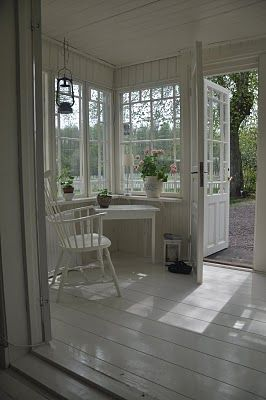 Oh how I would love a porch like this.