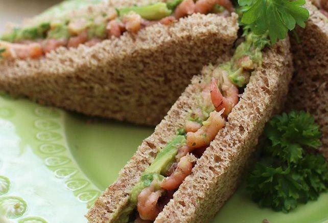 Broodje met avocado en grijze garnalen