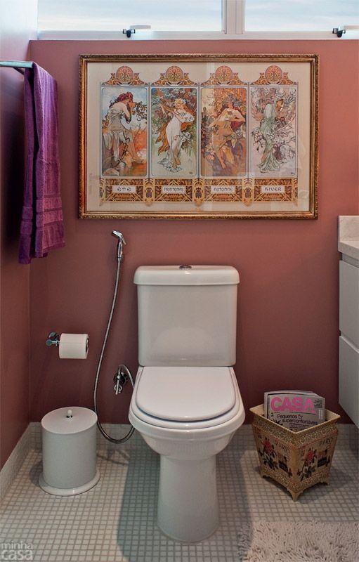 O piso do cômodo inteiro e as paredes da área de banho se vestiram de pastilhas de vidro brancas (2 x 2 cm), com rejunte da mesma cor. Elas também formam o rodapé de 10 cm, que preserva as superfícies pintadas na hora de lavar o chão. Projeto da designer Patrícia Ribeiro.