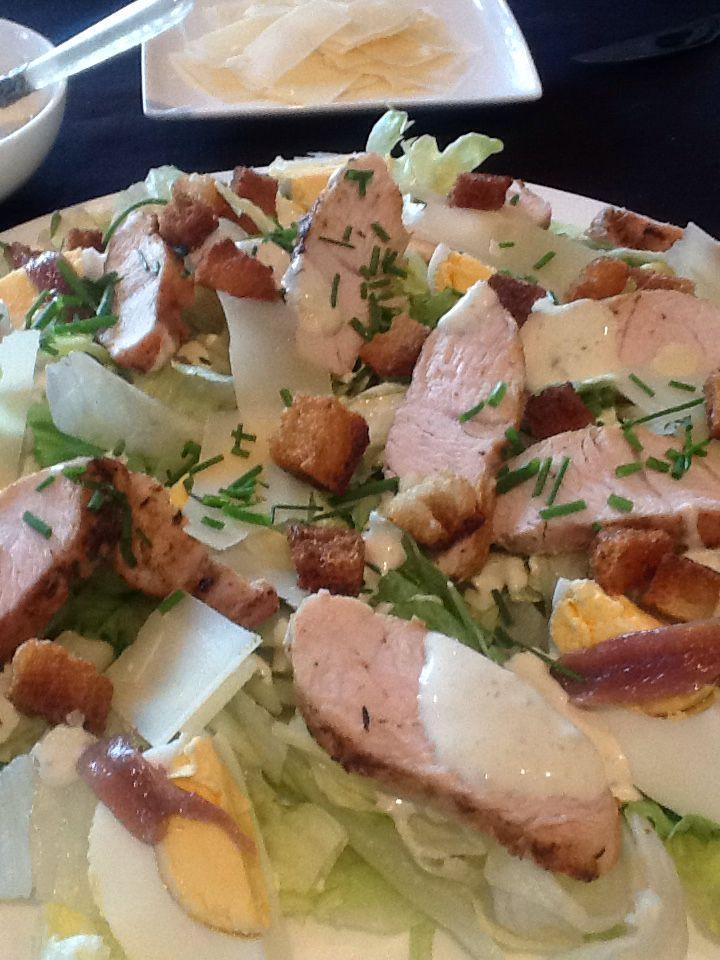 *Caesar salade light.   Eerst begin ik met mijn kip. Kruid je kip aan met sate kruiden van verstegen en gril je vlees in je grillpan zodat je een mooi ruitpatroon hebt. Daarna leg ik mijn kipfilet nog 10 min.in een oven van 190 gr. Ondertussen maak ik de saus. Deze is voor drie personen. Ik begin met 2 soeplepels mayonaise, een koffielepel dijon mosterd, vier ansjovisjes en twee el yoghurt natuur. ( ik gebruik in de saus geen parmezaan, enkel op de salade). Je zal het niet missen. Mix dit…