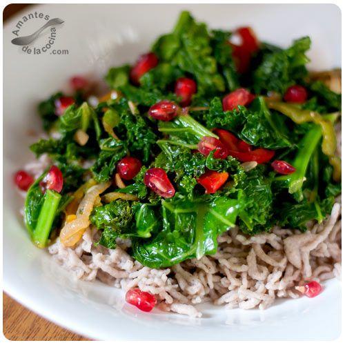 Esta receta de kale (col rizada, col berza o crespa) salteada es muy fácil, rápida y super nutritiva que aportará a tu organismo un sinfín de beneficios.