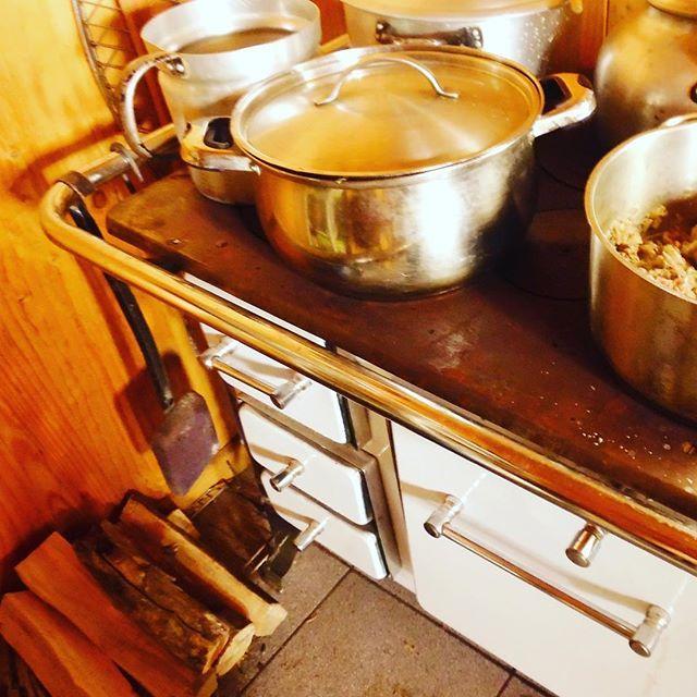 En esta hermosa cocina a leña sureña preparamos humitas, pastel de choclo y unas chuletas de cerdo con puré de manzana soñadas. Lindos recuerdos que nos deja este verano 2017 ❤👌✨#cocinaaleña #amamoselsur #vacaciones #verano2017 #curaumacatering #enviaje #carahue