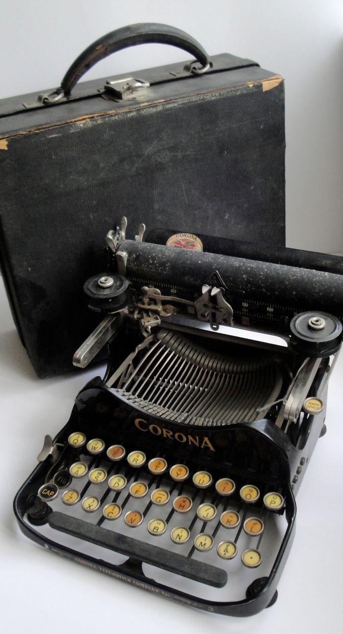 Corona folding typewriter  - www.remix-numerisation.fr - Rendez vos souvenirs durables ! - Sauvegarde - Transfert - Copie - Digitalisation - Restauration de bande magnétique Audio - MiniDisc - Cassette Audio et Cassette VHS - VHSC - SVHSC - Video8 - Hi8 - Digital8 - MiniDv - Laserdisc - Bobine fil d'acier - Micro-cassette - Digitalisation audio - Elcaset