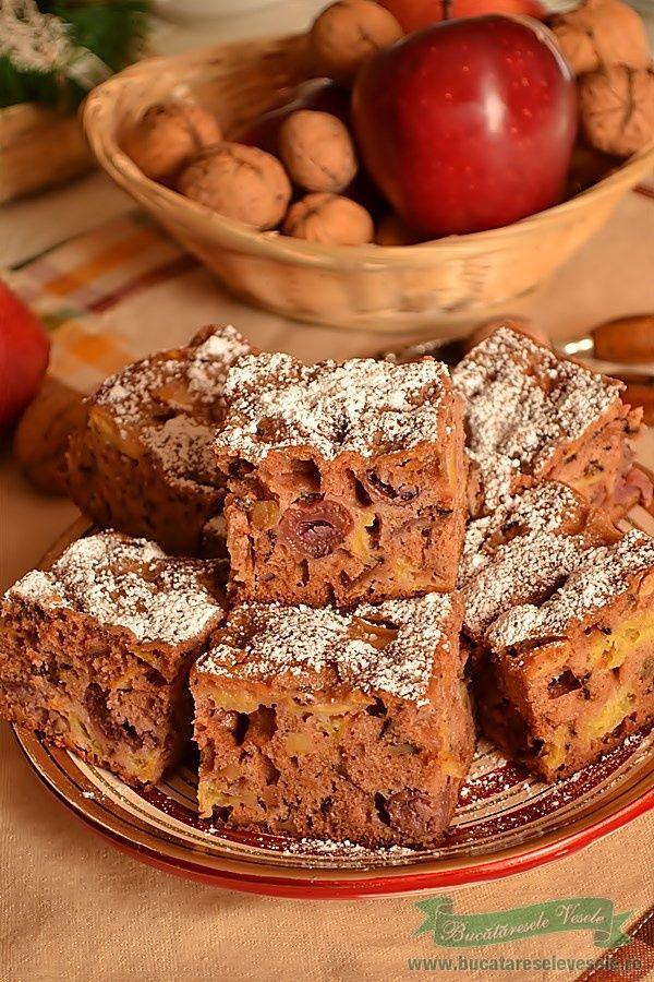 Prajitura cu Fructe , o prajitura simpla dar totusi delicioasa. Combinatia de mere, nuci prajite si visine cu scortisoara este un deliciu. Pentru cei carora nu le este pe plac scortisoara le recomand sa foloseasca in locul ei vanilie si putina coaja de lamaie razuita in compozitie. Prajitura cu Fructe este o prajitura facuta des