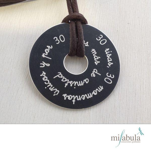 Un original collar con un garn mensaje. http://www.mifabula.com/es/22-collar-personalizado-con-medalla-diamante-grabada.html