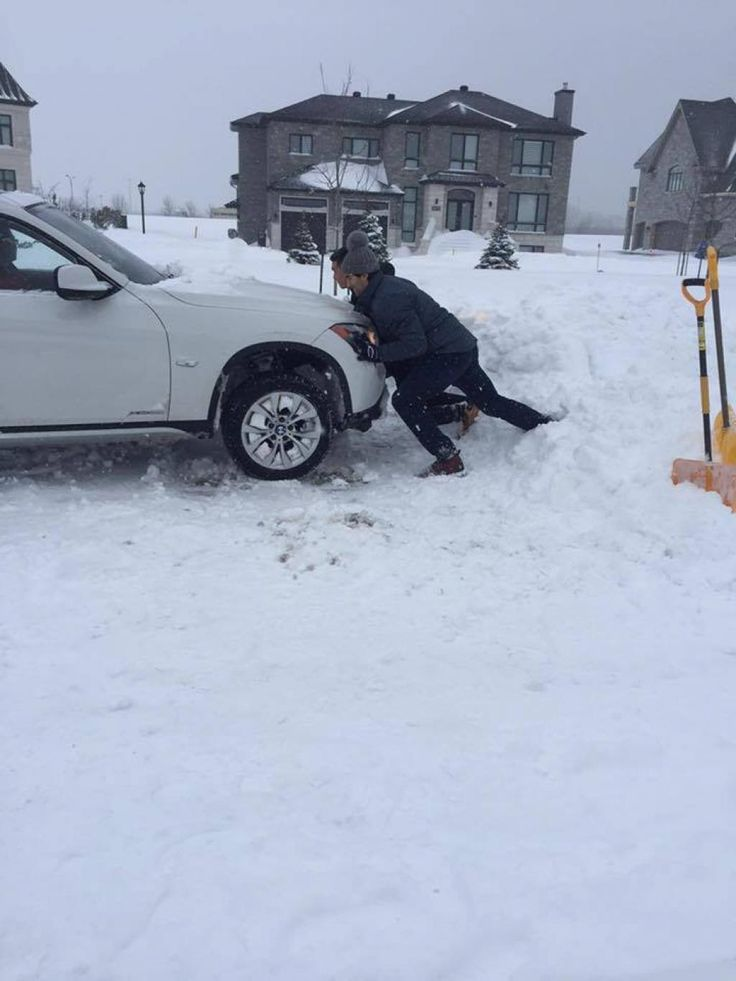 Pacioretty helping a stuck Montreal resident during the recent storm