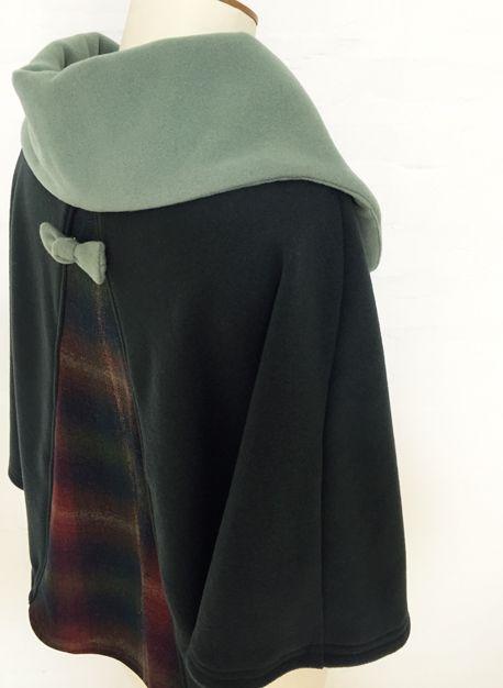 cape femme col croisé noeud laine cachemire liberty mode vintage carreaux hiver couture création british vert olive amande sapin