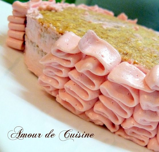 Gâteau National Lafayette : pâte à tarte, crème au beurre parfumée à la vanille et au kirsch, pâte d'amande.