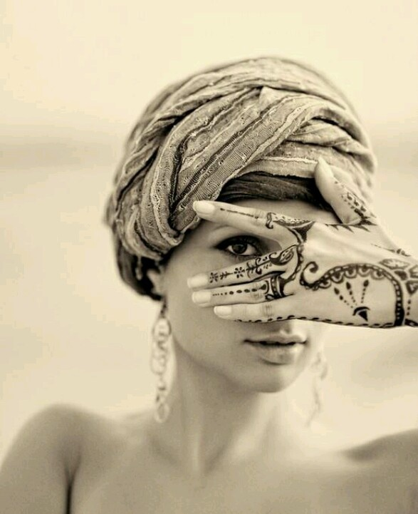 This is too 'beauty', but is there anything a bit more unusual we can do with Henna?