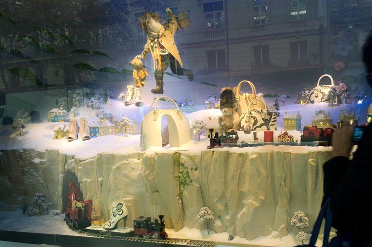 Noël, Voyage Magique au Printemps by Burberry Découvrez les trains qui animent une des vitrines de Noël et les sapins dans la boutique éphémère Burberry au Printemps Haussmann. Les trains LGB sont disponibles au www.aupullman.com
