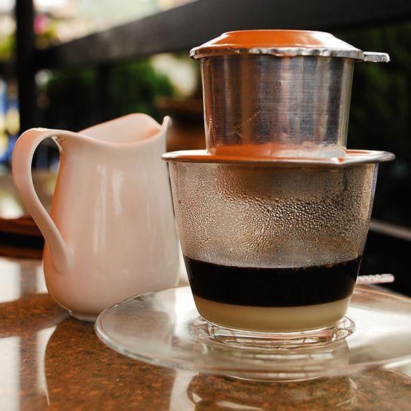 Caphe: Vietnam'a özgü bir demleme ile yapılan kahvenin içerisinde yoğun süt kreması vardır. Buzluda içilebilir.