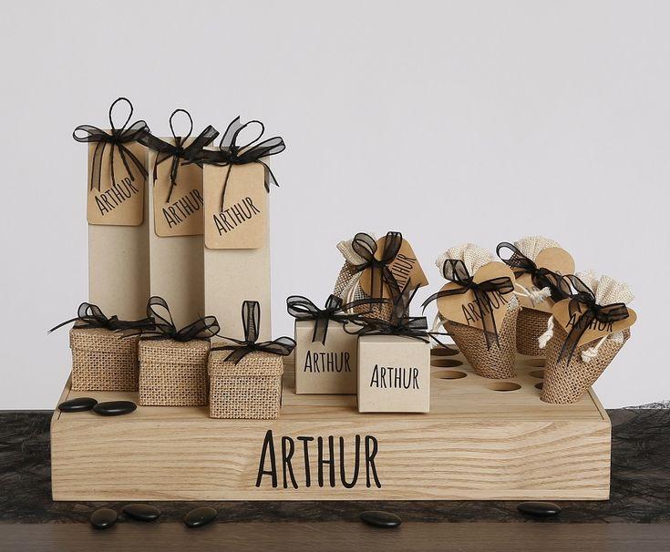 Inspiratie geboorte: houten doopsuiker presentatie met jute doosjes en zakjes. Contrasterende linten in zwart. collectie2017