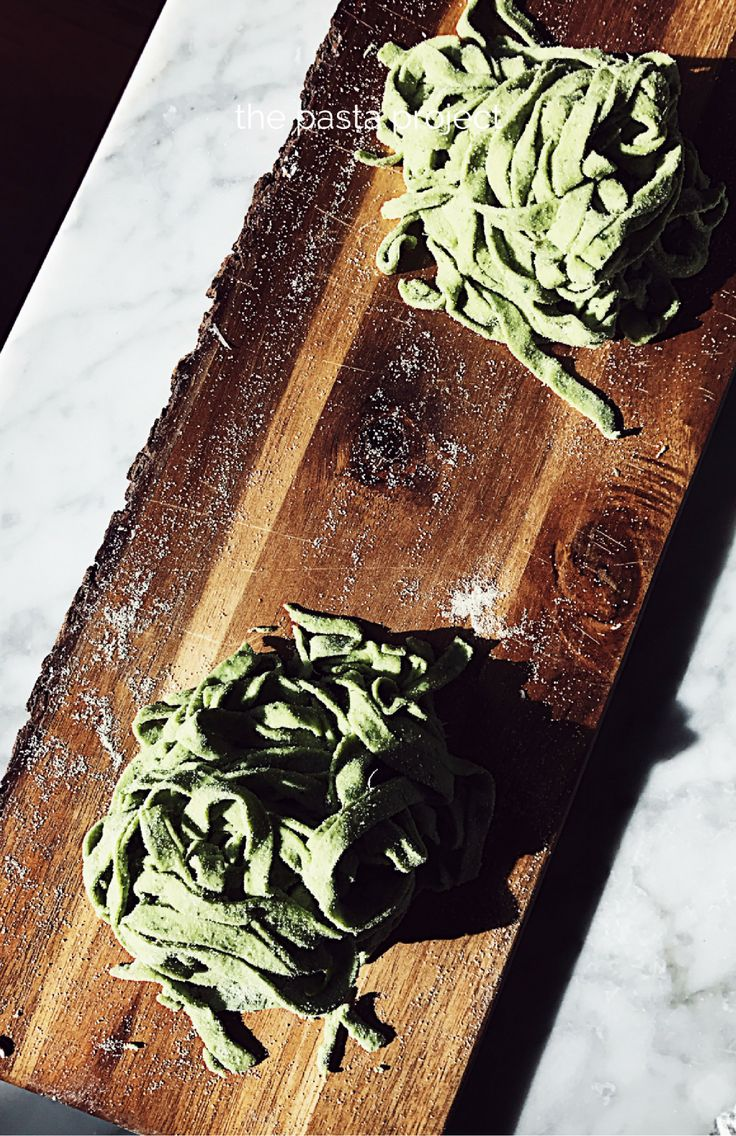 An easy basil homemade pasta dough recipe, by hand or with the pasta machine. Get this and more authentic Italian recipes on Gourmet Project.