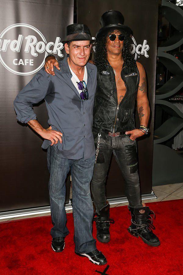 Színész Charlie Sheen (L) ES a gitáros Slash (R) érkezik Slash teljesítményét a Hard Rock Cafe július 10-én, 2012-ben Hollywoodban, Kaliforniában.  (Foto: Chelsea Lauren / WireImage)