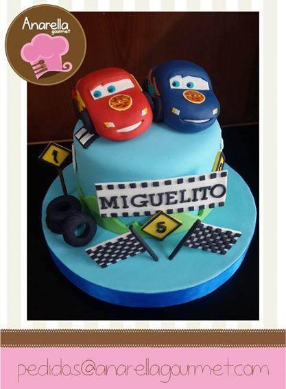 Rayo McQueen y su versión azul por ser el color favorito de Miguelito.  Hechos azúcar para su cumpleaños número 5  #rayomcqueen #carscake  https://www.facebook.com/photo.php?fbid=648370305200129&set=a.341607735876389.67998.230691146968049&type=3&src=https%3A%2F%2Ffbcdn-sphotos-f-a.akamaihd.net%2Fhphotos-ak-xfp1%2Fv%2Ft1.0-9%2F10155167_648370305200129_2035146591_n.jpg%3Foh%3D3d34f2d7a23f5c622b171f217ec424ae%26oe%3D545371BC%26__gda__%3D1413541606_1ace1c70b26bf1413474439c36634008&size=597%2C812