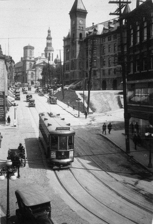 The streetcar was a popular means of urban transportation in the 1920s. The photograph shows a streetcar on the Côte de la Fabrique, in Québec, circa 1925, photograph by Vimont Robitaille   BAnQ, Centre d'archives de Québec