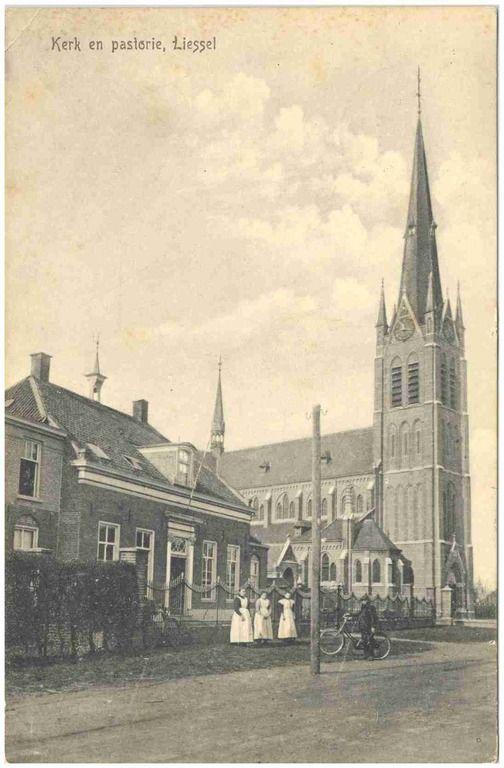 Liessel, RK WillibrordusKerk en pastorie, Hoofdstraat