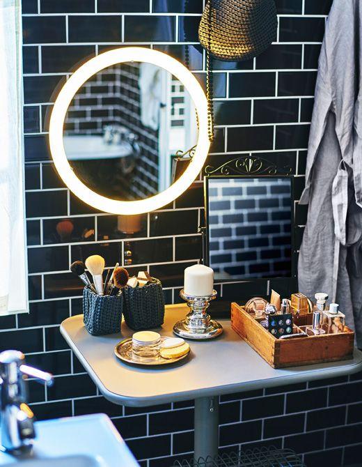 Ein Schminkbereich im Bad, u. a. mit LILLJORM Spiegel mit Beleuchtung